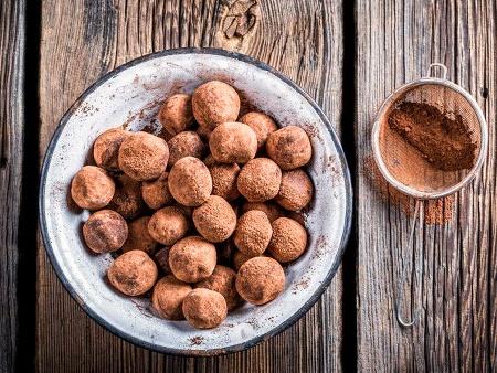Бисквитени топчета (бонбони) с банани, прясно мляко, какао, течен шоколад и лешници - снимка на рецептата